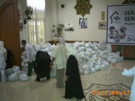"""Panitia mempersiapkan Paket Sembako dari """"Gudang"""""""
